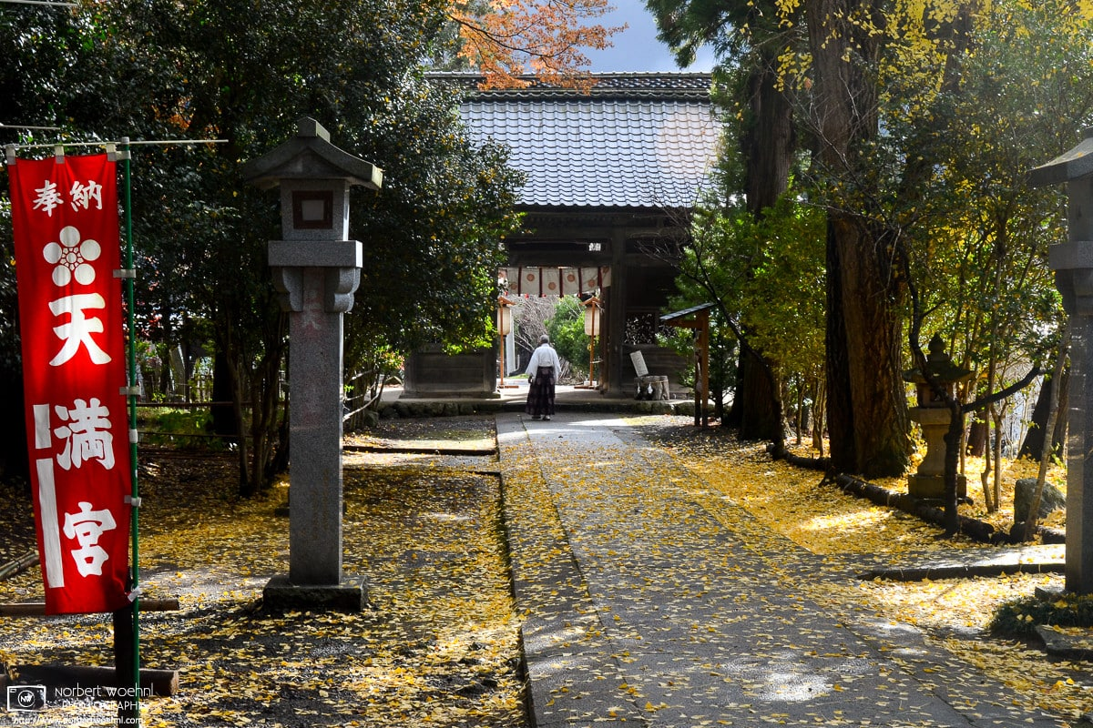 Minakami Jinja on Mount Mirakami outside Matsushiro in Nagano, Japan, dates back to the 15th/16th centuries. This photo captures an impression from an autumnal visit to this beautiful shrine.