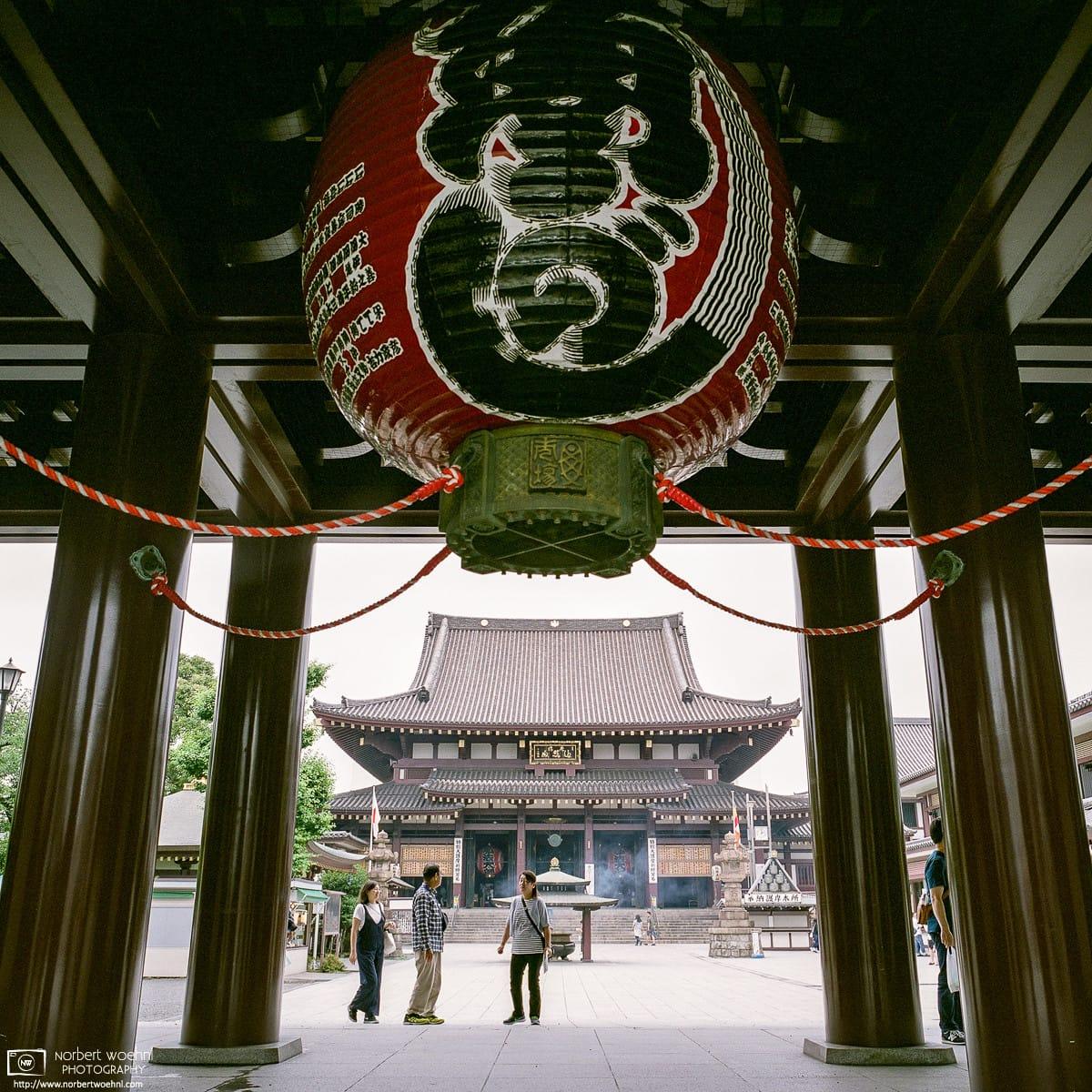 Looking at the Main Hall of Kawasaki Daishi through its Main Gate in Kawasaki, Kanagawa Prefecture, Japan.